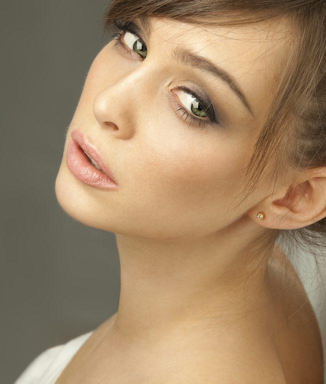 首のしわを解消する効果的な美容整形と名医